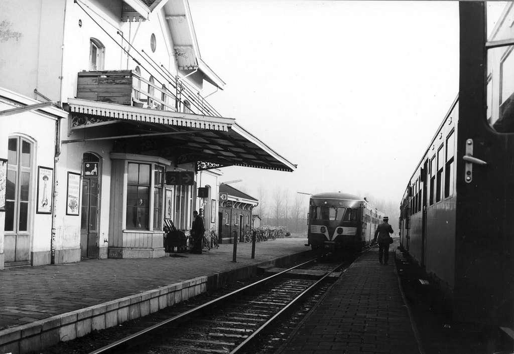 HUA-151342-Afbeelding van een vertrekkend diesel electrisch treinstel DE 2 serie 61 106 Blauwe Engel van het NS station te Franeker