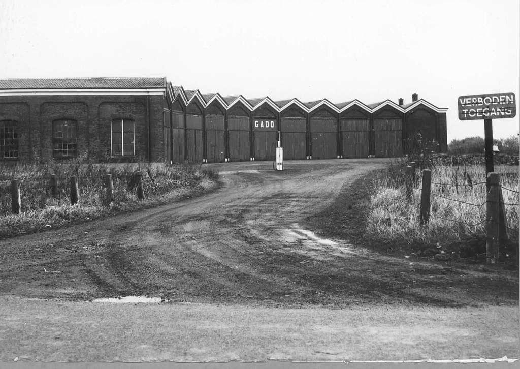 HUA-151482-Gezicht op de voormalige locomotiefloods te Nieuweschans (zonder draaischijf) in dienst van de G.A.D.O. als busremise