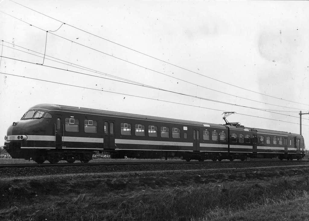 HUA-151900-Afbeelding van het electrische treinstel nr. 401 (mat. 1964, plan V) van de N.S. tijdens de afleveringsproefrit bij Bunnik