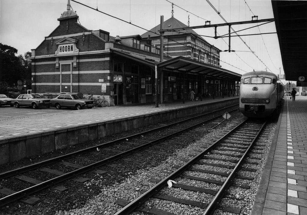 HUA-153127-Gezicht op de perronzijde van het N.S.-station Hoorn te Hoorn met rechts een electrisch treinstel mat. 1964 (plan V) van de N.S