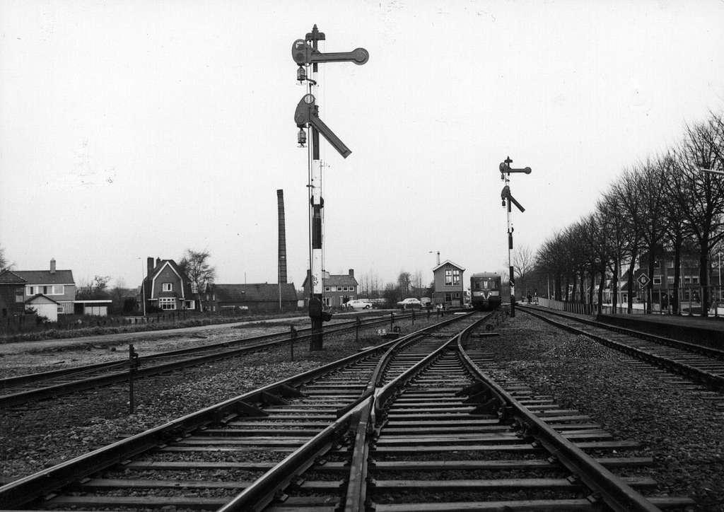 """HUA-153905-Gezicht op het emplacement te Hoogezand-Sappemeer met armseinen, het seinhuis Post I en een diesel-electrisch treinstel DE 1 of DE 2 (""""Blauwe Engel"""") van de N.S"""