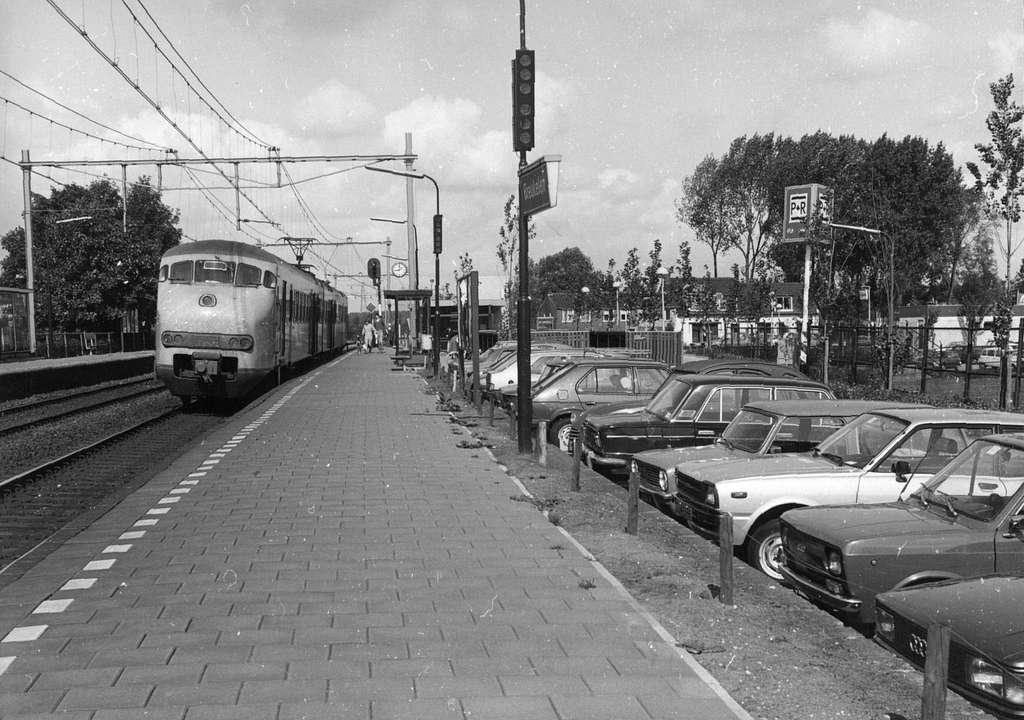 HUA-154535-Afbeelding van een electrisch treinstel plan V (mat. 1964) van de N.S. langs het perron van het N.S.-station Breukelen te Breukelen met rechts de P+R-parkeerplaats