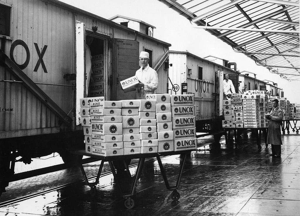 HUA-163428-Afbeelding van het beladen van koelwagens met vleesproducten van Unox te Oss
