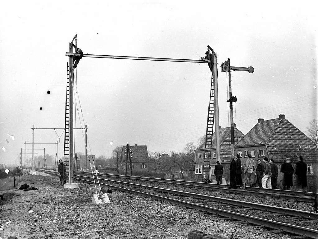 HUA-163988-Afbeelding van het plaatsen van een bovenleidingsportaal ten behoeve van de electrificatie van de spoorlijn Arnhem - Zwolle ter hoogte van Brummen