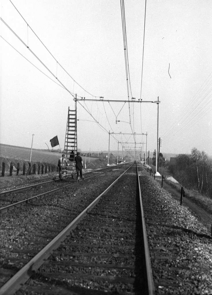 HUA-164328-Gezicht op de spoorlijn ter hoogte van Schinnen, tijdens werkzaamheden ten behoeve van de electrificatie