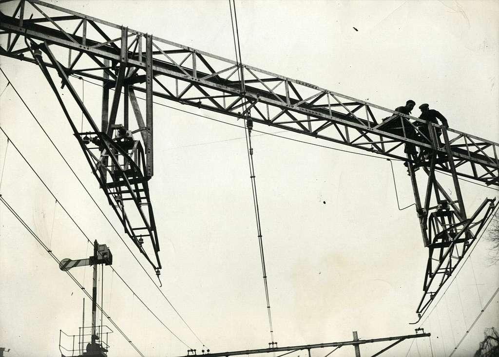 HUA-164538-Afbeelding van de werkzaamheden ten behoeve van de aanleg van een beweegbare kruising van de bovenleidingen van de spoorlijn Utrecht-Arnhem en de tramlijn Zeist-Doorn bij het N.S.-station Driebergen t