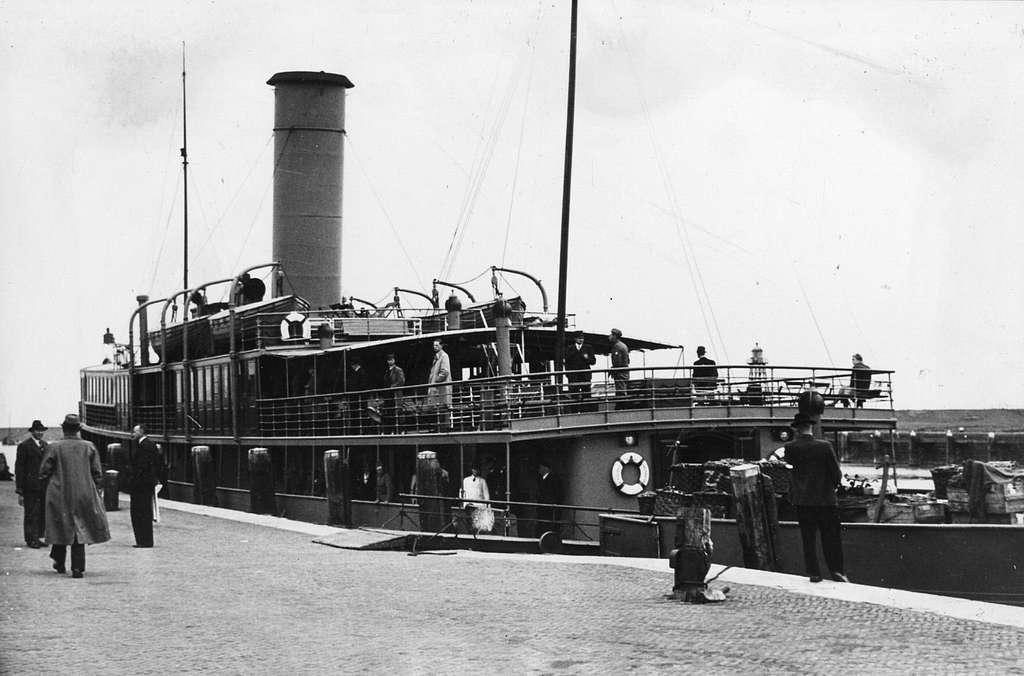 HUA-165635-Afbeelding van het stoomschip R van Hasselt van Rederij Koppe voor de bootdienst Enkhuizen Stavoren in de haven te Stavoren NB Het schip zou in verban