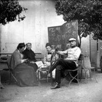Portrait de famille sur une terrasse
