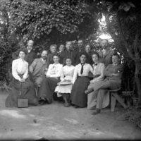 Portrait de groupe dans un jardin
