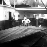 Travail sur le pont d'un bateau, marin