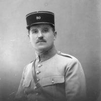Portrait en buste d'un officier en uniforme et képi