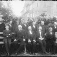Hópur af jakkafataklæddum karlmönnum í alþingisgarðinum, 1913