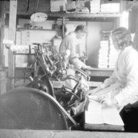 Karl og kona starfa við bókband í Félagsbókbandinu, 1910-1920