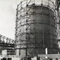Gas tank and Queensboro Bridge, East 62nd Street & York Aven...
