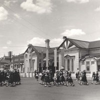 School children preparing for the arrival of Queen Elizabeth II at Wagga Wagga Railway Station